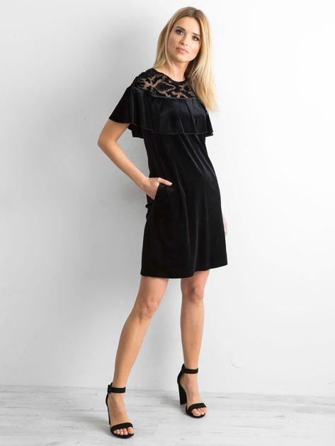 Czarna welurowa sukienka z falbaną                              zdj.                              4
