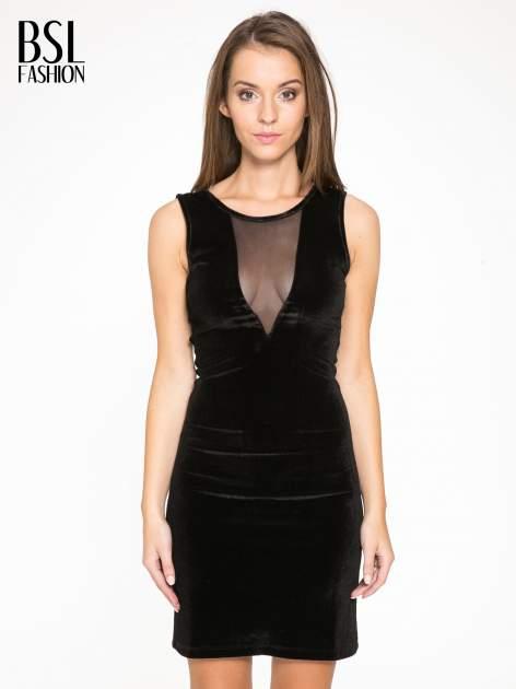 Czarna welurowa sukienka z głębokim tiulowym dekoltem