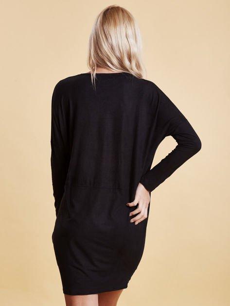 Czarna zamszowa sukienka z luźnymi rękawami                                  zdj.                                  5