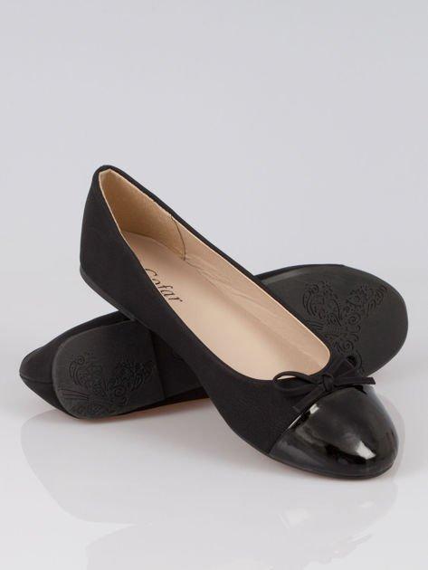 Czarne baleriny faux leather classic z kokardką i lakierowanym noskiem                                  zdj.                                  4