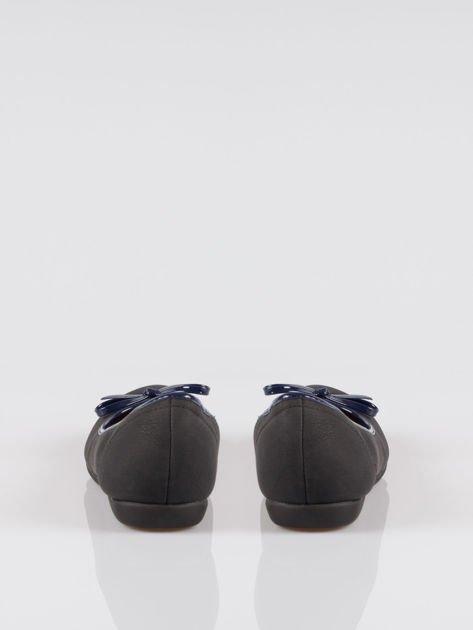 Czarne baleriny faux leather z kokardką na niskim koturnie                                  zdj.                                  3