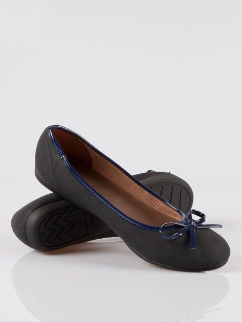 Czarne baleriny faux leather z kokardką na niskim koturnie                                  zdj.                                  4