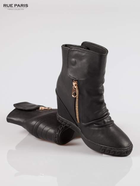 Czarne botki na ukrytym koturnie ze złotym zamkiem                                  zdj.                                  4