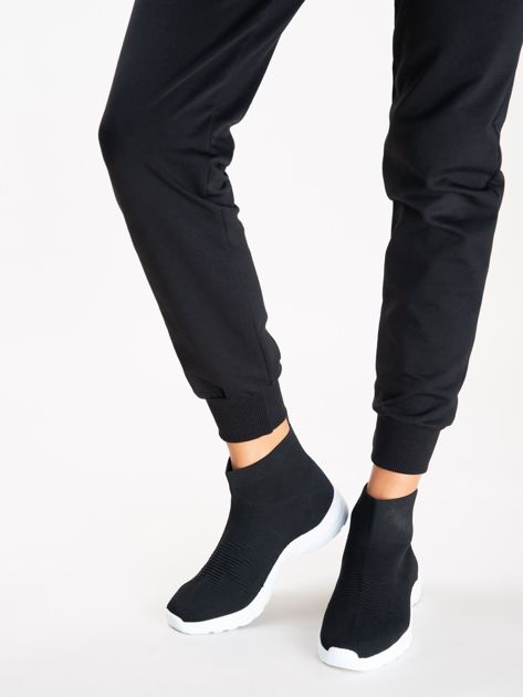 Czarne buty sportowe z dzianą cholewką za kostkę