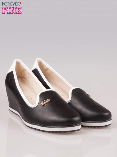 Czarne casualowe koturny faux leather Whimsy z białą lamówką                                  zdj.                                  2
