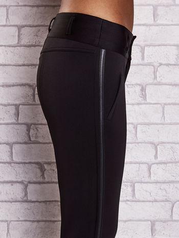 Czarne dopasowane spodnie ze skórzanym lampasem                                  zdj.                                  5