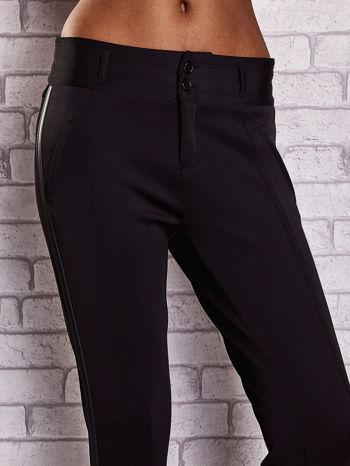 Czarne dopasowane spodnie ze skórzanym lampasem                                  zdj.                                  4