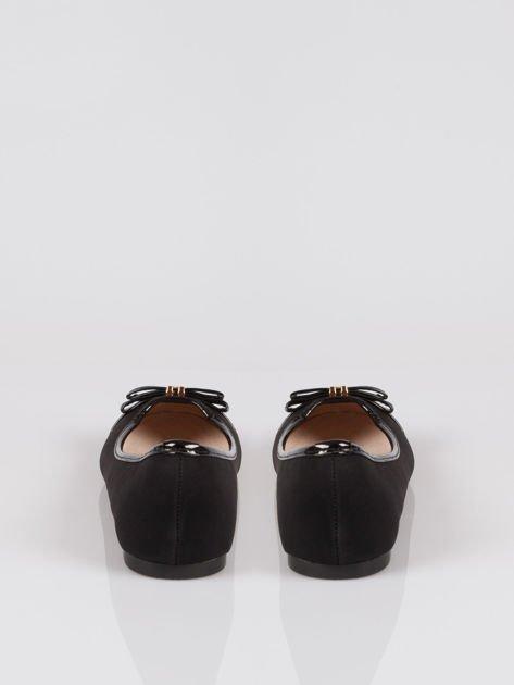 Czarne eleganckie baleriny z lakierowanym noskiem i złotym detalem                                  zdj.                                  3