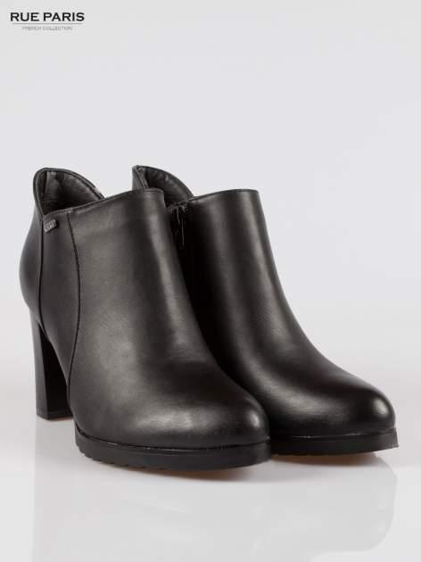 Czarne eleganckie botki na słupkowym obasie i platformie                                  zdj.                                  2