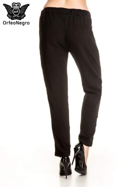 Czarne eleganckie spodnie dresowe z kontrastowym lampasem                                  zdj.                                  2