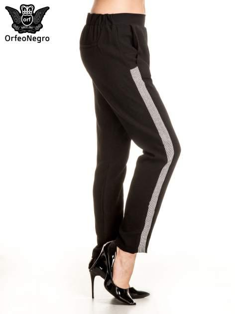 Czarne eleganckie spodnie dresowe z kontrastowym lampasem                                  zdj.                                  3