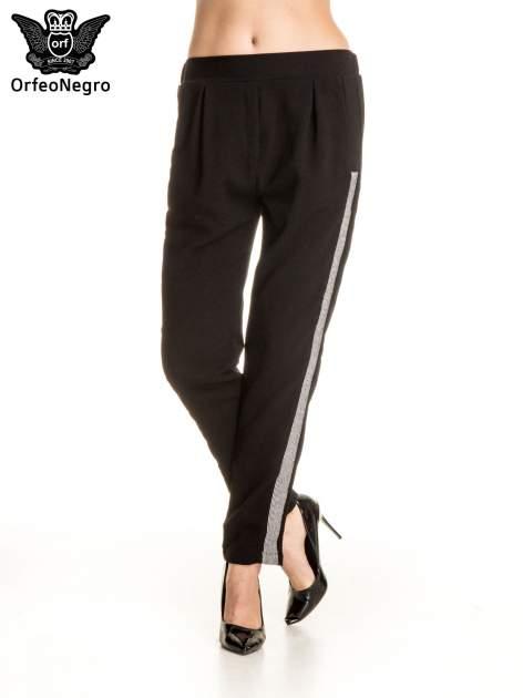 Czarne eleganckie spodnie dresowe z kontrastowym lampasem                                  zdj.                                  1