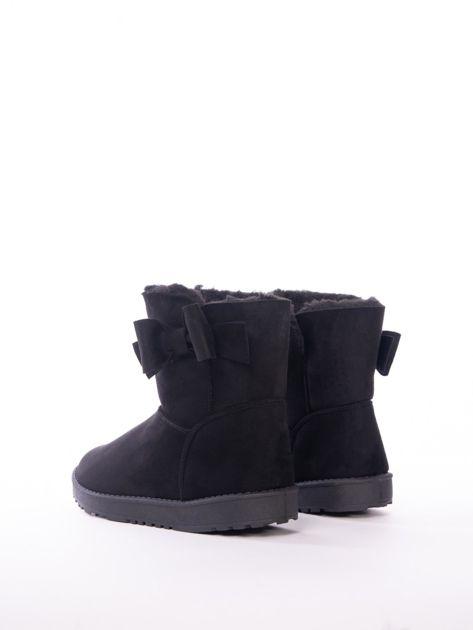 Czarne gładkie śniegowce za kostkę z kokardką na boku cholewki                               zdj.                              3