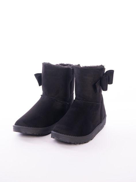 Czarne gładkie śniegowce za kostkę z kokardką na boku cholewki                               zdj.                              4