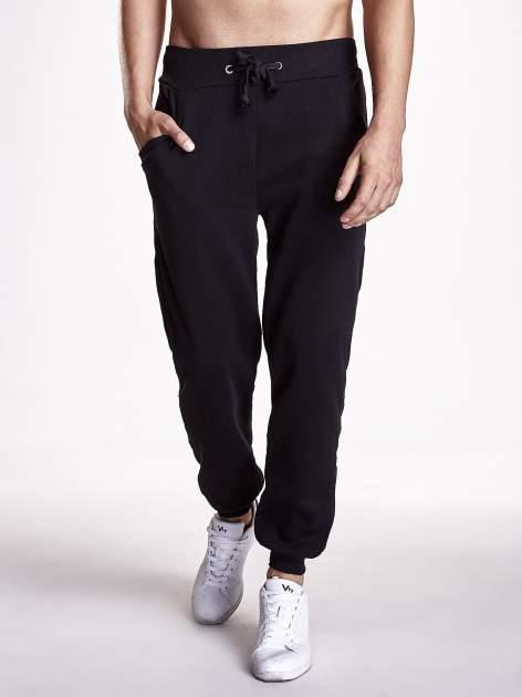 Czarne gładkie spodnie męskie z ociepleniem i kieszeniami                                  zdj.                                  1