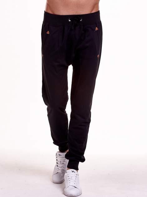 Czarne gładkie spodnie męskie ze skórzanymi wstawkami                                  zdj.                                  1