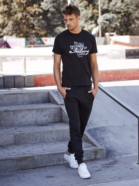 Czarne gładkie spodnie męskie ze skórzanymi wstawkami                                  zdj.                                  6