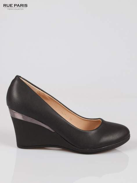 Czarne koturny faux leather Marika ze srebrnym detalem                                  zdj.                                  1