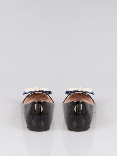 Czarne lakierowane baleriny z kokardką z denimu