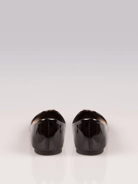 Czarne lakierowane baleriny ze spiczastym noskiem i złotym detalem                                  zdj.                                  3