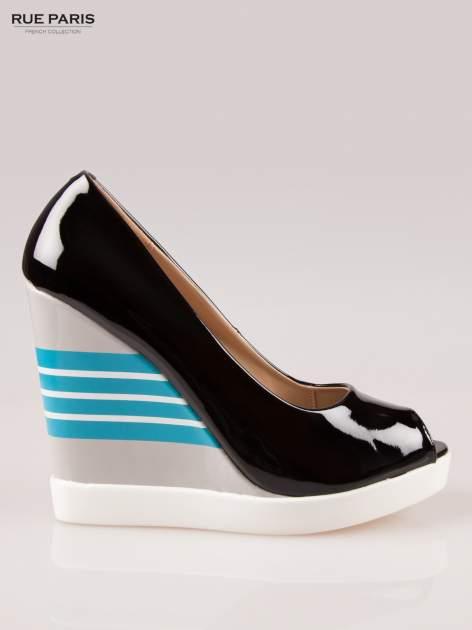 Czarne lakierowane buty peep toe na wzorzystym koturnie                                  zdj.                                  1