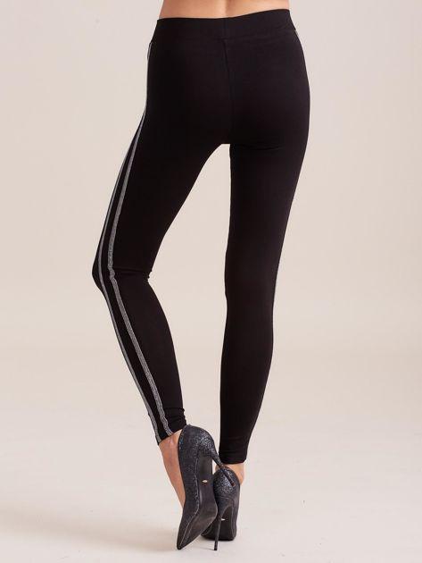 Czarne legginsy z błyszczącym lampasem                              zdj.                              2