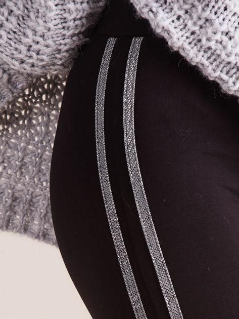 Czarne legginsy z błyszczącym lampasem                              zdj.                              6