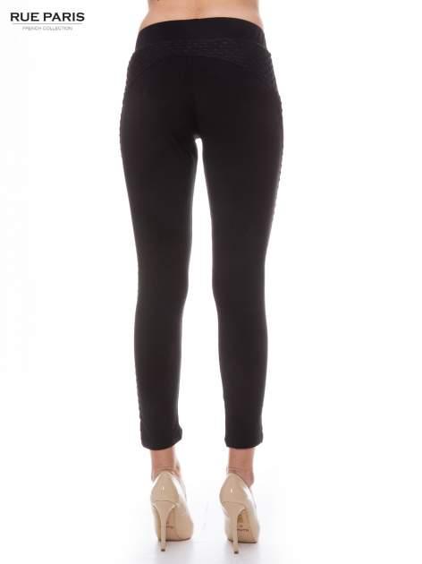 Czarne legginsy z fakturowanymi wstawkami po bokach                                  zdj.                                  3