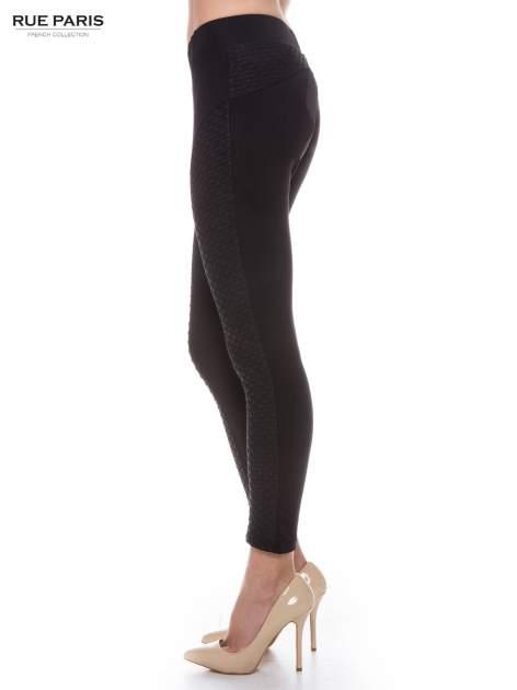 Czarne legginsy z fakturowanymi wstawkami po bokach                                  zdj.                                  2