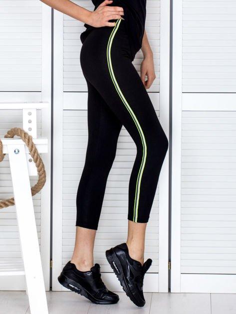 Czarne legginsy z kolorową taśmą z boku                              zdj.                              4