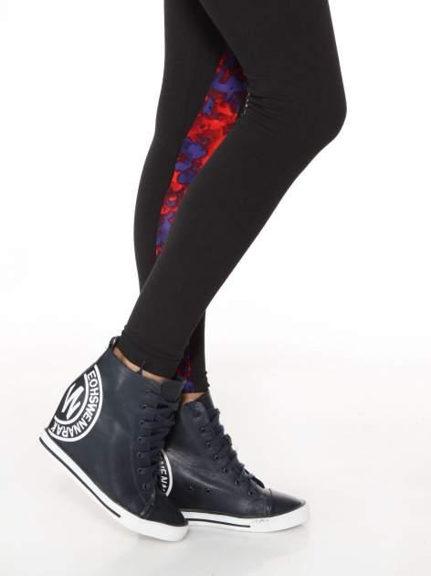 Czarne legginsy z panelami z artystycznym nadrukiem                                  zdj.                                  8