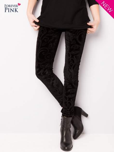 Czarne legginsy z weluru tłoczone w roślinny wzór                                  zdj.                                  1