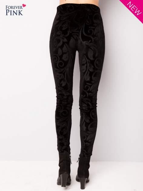 Czarne legginsy z weluru tłoczone w roślinny wzór                                  zdj.                                  3
