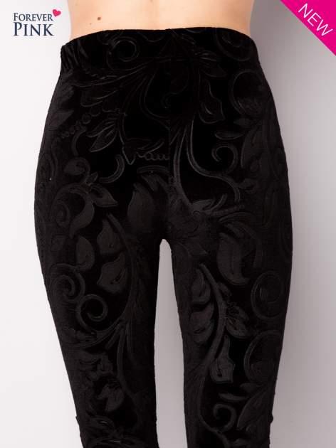 Czarne legginsy z weluru tłoczone w roślinny wzór                                  zdj.                                  5