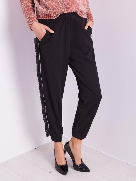 Czarne luźne spodnie z falbankami                              zdj.                              2