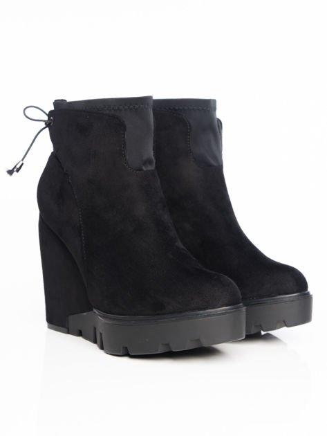 Czarne matowe botki na koturnach z ozdobnym sznurowaniem na tyle buta                                  zdj.                                  2