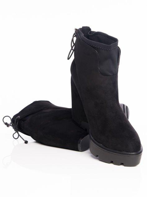 Czarne matowe botki na koturnach z ozdobnym sznurowaniem na tyle buta                                  zdj.                                  4