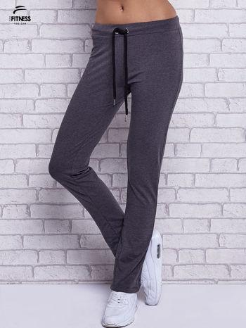 Czarne melanżowe spodnie dresowe z prostą nogawką                                  zdj.                                  1