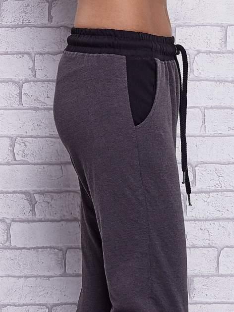 Czarne melanżowe spodnie dresowe z wiązaniem w pasie                                  zdj.                                  5