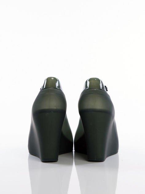 Czarne melisy na koturnach z lakierowaną wstawką bez palców                              zdj.                              3