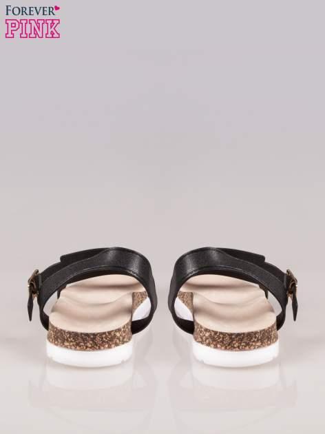 Czarne płaskie sandały z blaszką na korkowej podeszwie                                  zdj.                                  3