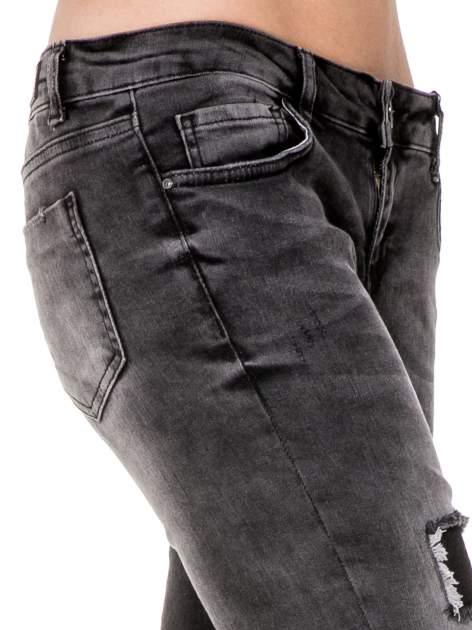 Czarne rozjaśniane spodnie jeansowe 7/8 z przetarciami i łatami                              zdj.                              7