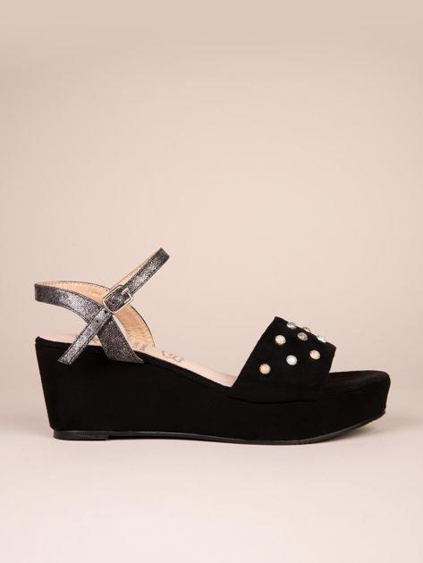 Czarne sandały ACLYS z ozdobnymi przypinkami na koturnach