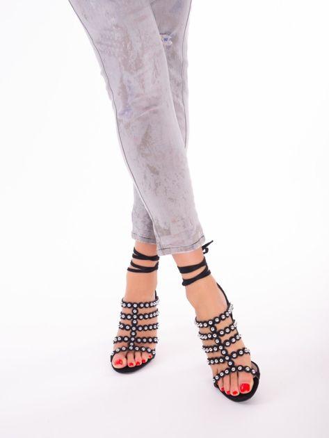 Czarne sandały z ozdobnymi nitami i paskami z wiązaniem wokół kostki                               zdj.                              6