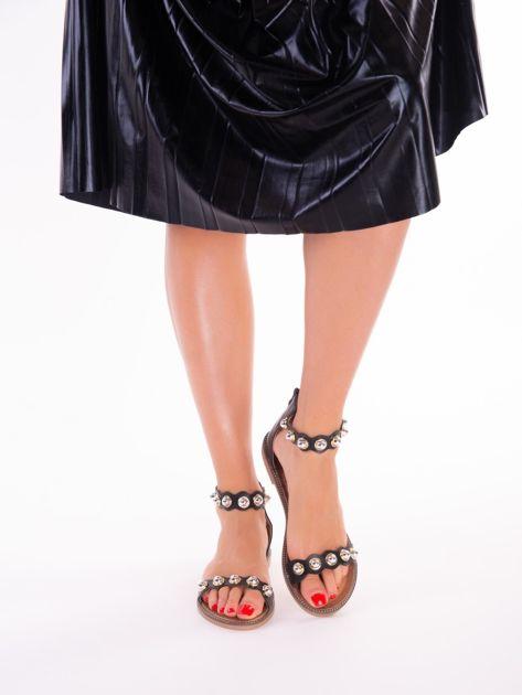 Czarne sandały z zapięciem na suwak z tyłu cholewki                              zdj.                              1