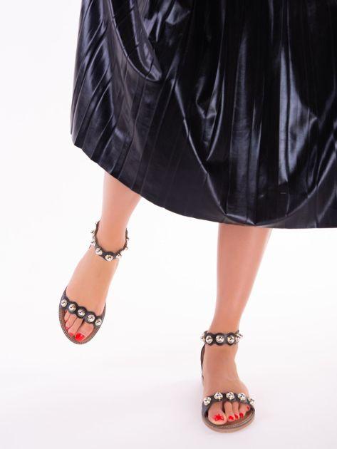 Czarne sandały z zapięciem na suwak z tyłu cholewki                              zdj.                              3