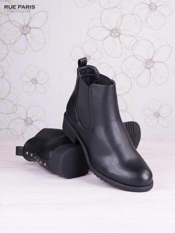 Czarne skórzane botki na klocku z ozdobnymi dżetami z tylu buta                                   zdj.                                  3
