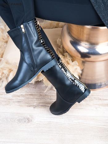 Czarne skorzane botki na płaskim obcasie z lakierowaną wstawką ze złotymi dżetami                                  zdj.                                  2