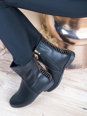 Czarne skorzane botki na płaskim obcasie z lakierowaną wstawką ze złotymi dżetami                                  zdj.                                  3