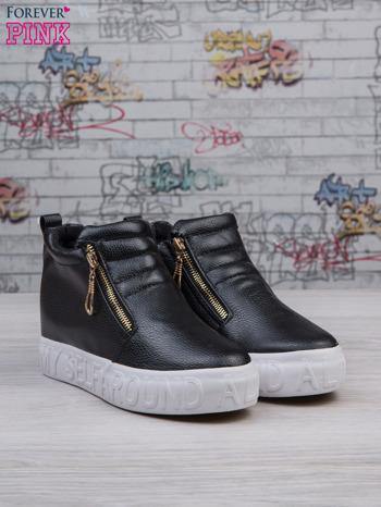 Czarne skórzane buty slip on Tracy ze złotym suwakiem i napisem                                  zdj.                                  2